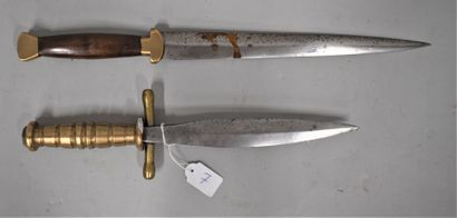 Lot de deux poignards composites.  En l'...