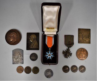 Lot de médailles de table et décorations
