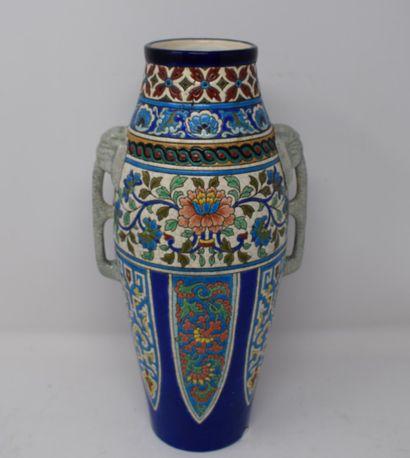 LONGWY  Vase en faïence à décor en réserves...