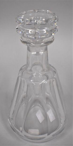 BACCARAT    Une carafe en cristal  23.7cm...