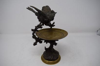 Baguier en bronze, la coupe reposant sur...