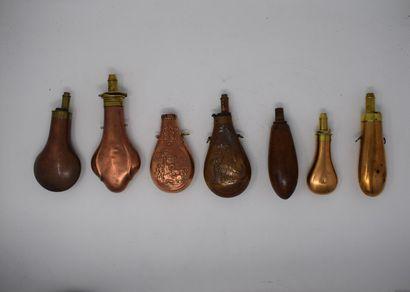 Lot de poires à poudre incomplètes ou accidentées et pièces détachées.