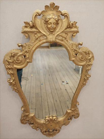 Miroir en bois sculpté et doré de forme mouvementé...