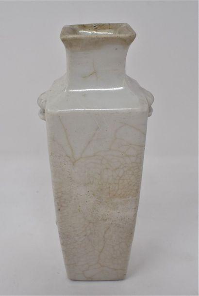 CHINE - XIXe siècle  Petit vase en porcelaine...