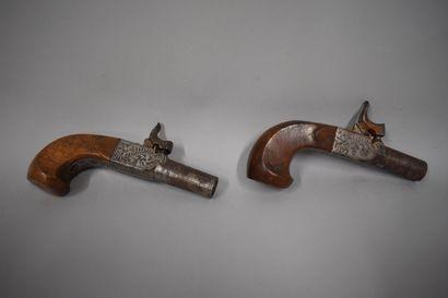 Paire de pistolets coup de poing à percussion et à l'écossaise, platines gravées,...