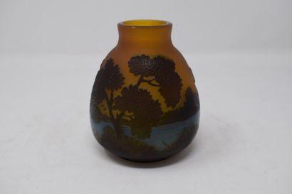 Petit vase en verre à fond brun multicouches...