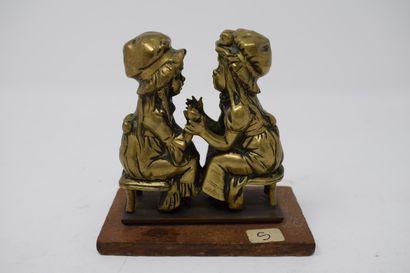 Deux petits sujets en bronze :  - Deux fillettes...