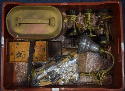 MANETTE  Lampe ovoïde en tôle et bronze doré...