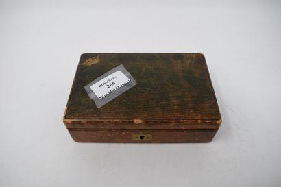 Nécessaire à cacheter dans une boîte en cuir...