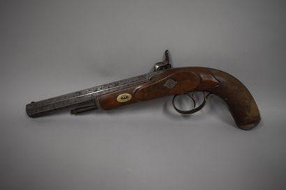 Paire de pistolets d'officier à percussion, platine et garniture gravées de rinceaux,...