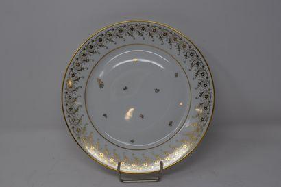 SEVRES  Assiette plate en porcelaine blanche,...