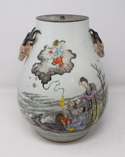 Vase balustre en porcelaine à décor polychrome...