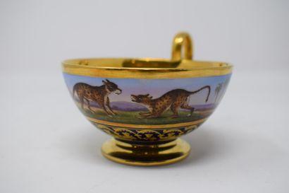 Tasse en porcelaine de paris à décor polychrome...