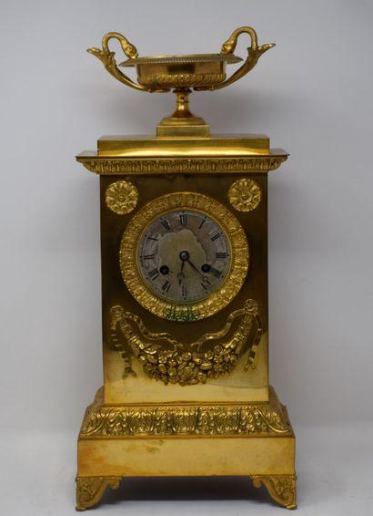 Pendule borne en bronze surmontée d'une...