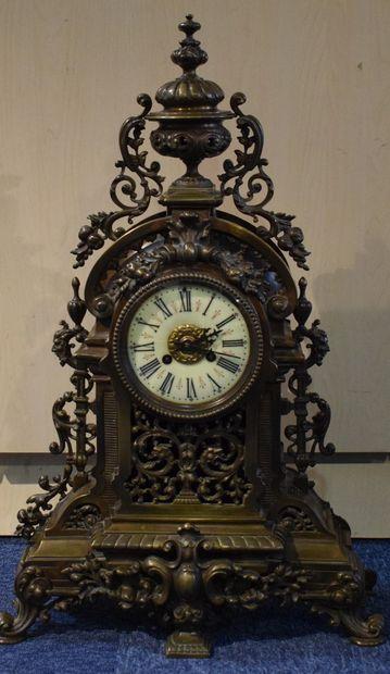 Pendule en bronze à décor Rocaille.  Cadran...