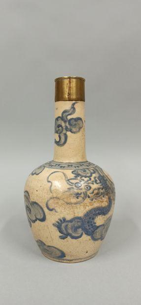 Vase en grès à fond beige et décor en bleu...