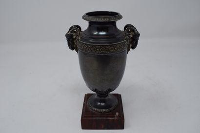 Petit vase en argent (Minerve) à piédouche circulaire, la base au décor d'une frise...