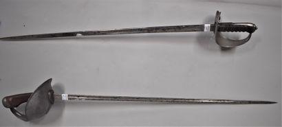 Lot de deux sabres de cavalerie anglaise....