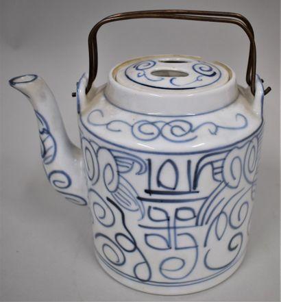 Théière en porcelaine à décor blanc bleu...