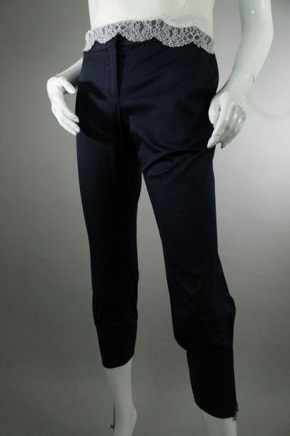 CELINE    Corsaire bleu marine en coton mélangé, deux poches italiennes de chaque...