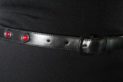 ANONYME    Ceinture en cuir lisse noir à détail de verroterie cabochon rouge encerclée...