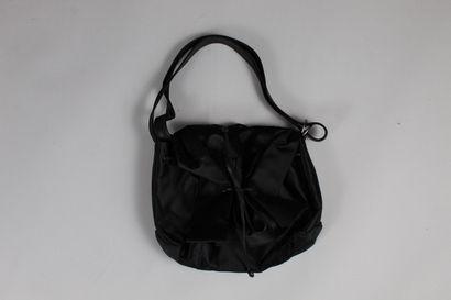 AZZARO  Sac porté épaule, main, ou bandoulière, en cuir et soie noirs.  Effet de...
