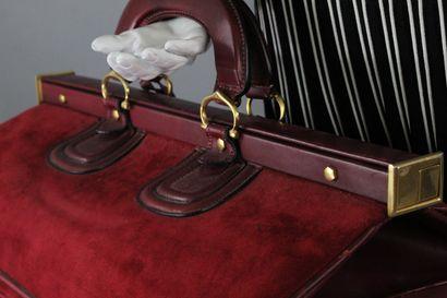 CARTIER (Must de)    Sac de weekend en cuir box et daim bordeaux à ouverture square...