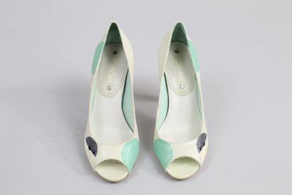 CELINE    Amusante paire d'escarpins en cuir blanc à motif vert d'eau, bleu, gris....