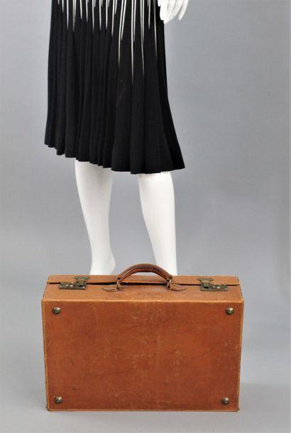 ANONYME    Elégante valise rigide en cuir...