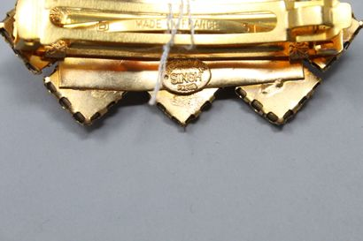 JACQUELINE SINGH PARIS  Pince à cheveux en métal dorée décorée d'émaux et volutes....