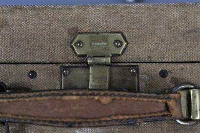 HERMES    Grande valise rigide en toile crème et cuir havane, fermoirs et bijouterie...