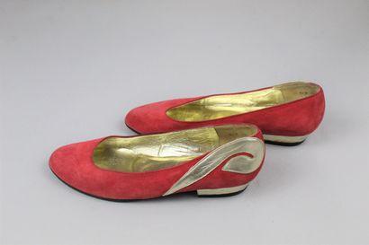 CHRISTIAN DIOR SOULIERS (circa fin 1970) Paire de ballerines en daim rouge à motifs...