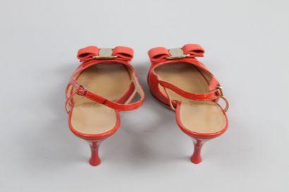 SALVATORE FERRAGAMO Paire de sandales en cuir glacé orange ouvertes au bout décorés...
