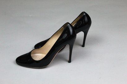 PRADA    Paire d'escarpins à talons aiguille en cuir verni noir, à bouts ronds....