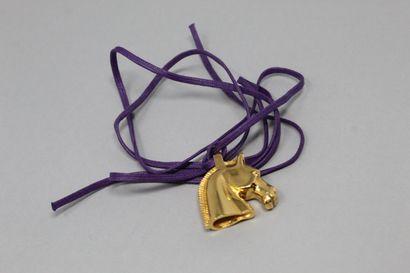 HERMES Paris  Pendentif en métal doré, figurant...
