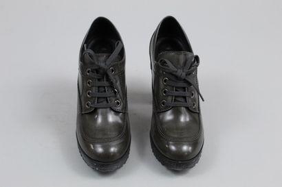 HOGAN    Paire de richelieux à talons en cuir gris et talon noir.    Taille : 36...