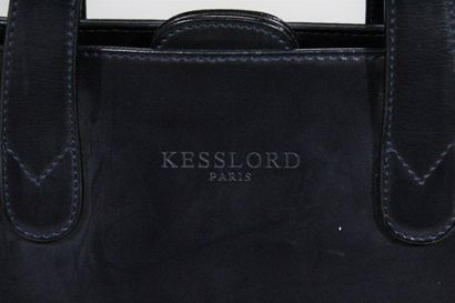 KESSLORD PARIS    Sac à main en cuir lisse bleu marine, accompagné d'une bandoulière...