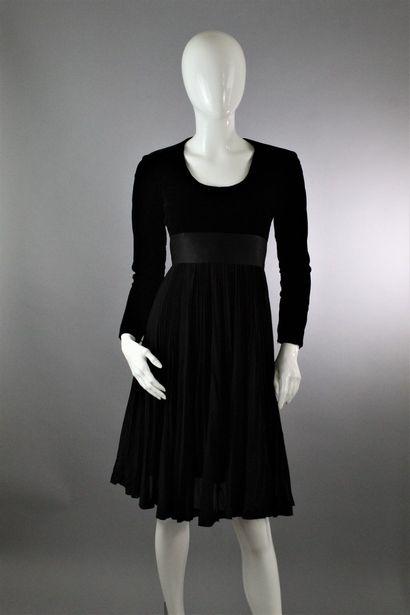 BALMAIN (Circa 1950)    Robe du soir à manches longues, à effet de matières, en...