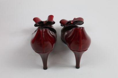 VALENTINO    Paire d'escarpins en cuir glacé rouge profond à bouts ouverts.  Noeud...