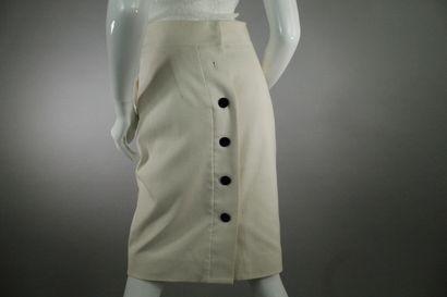 GUCCI (par Frida Giannini)    Jupe droite blanche en coton boutonnée à l'arrière,...