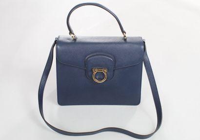 FERRAGAMO    Sac en cuir bleu porté main, épaule ou bandoulière, à rabat et fermoir...