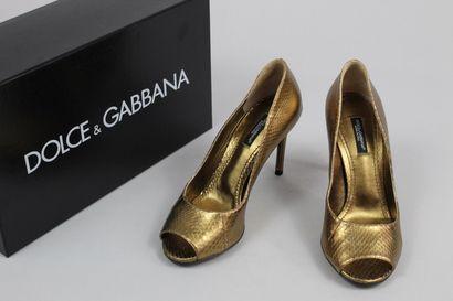 DOLCE & GABBANA    Paire d'escarpins dorés...