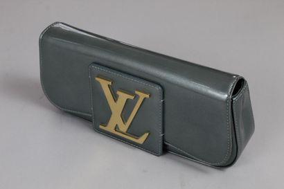 LOUIS VUITTON    Pochette en cuir verni bleu glacé ornée d'un imposant siglé en...