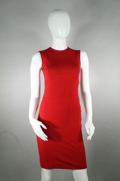 VALENTINO    Robe rouge sans manche, cintrée...