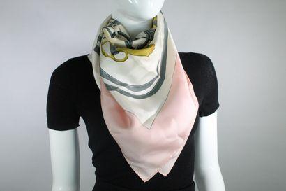 """HERMES Carré modèle """"Brides de Gala"""" en soie rose, blanche, jaune et noire. Année..."""
