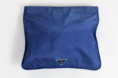 PRADA    Pochette de voyage ou à main en nylon bleu à logo triangulaire de la marque....