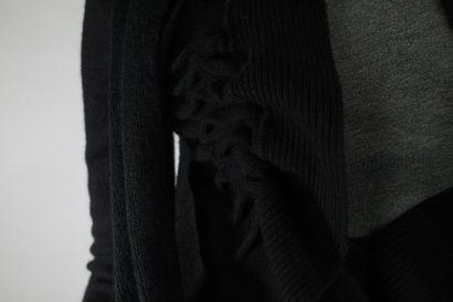 RED VALENTINO    Veste manches longues en laine mélangée noire effet cache-coeur...