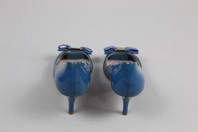 SALVATORE FERRAGAMO    Paire d'escarpins en cuir glacé bleu ouverts au bout décorés...