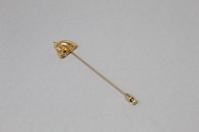 HERMES Paris  Epingle en métal doré se terminant par une tête de cheval.  Porte...
