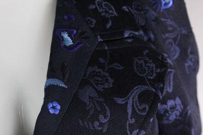 CHRISTIAN LACROIX    Ensemble composé d'une veste bleu nuit à effet jacquard agrémentée...